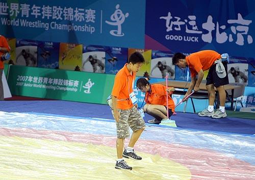 图文:农大体育馆完工 志愿者检查摔跤台