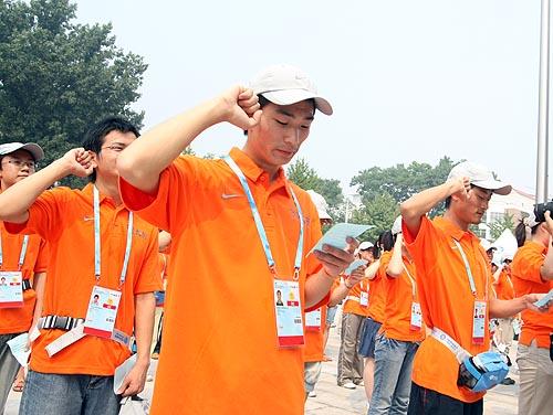 图文:农大体育馆完工 志愿者集体宣誓