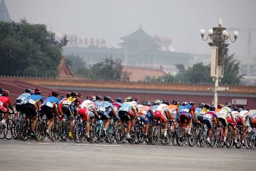 图文:国际公路自行车邀请赛 众位车手一齐前进