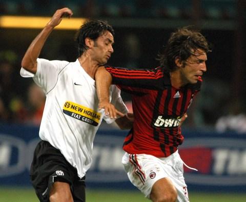 图文:[贝杯]米兰2-0尤文 皮尔洛铁肘锁喉