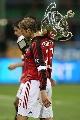 图文:[贝杯]米兰2-0尤文 安布抗起冠军奖杯