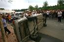 图文:[中超]东北德比赛后球迷冲突 轿车被掀翻