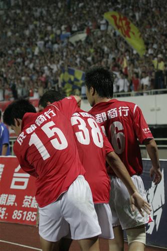 图文:[中甲]成都1-1重庆 庆祝进球