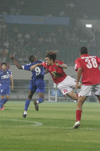 图文:[中甲]成都1-1重庆 队长汪嵩头球攻门