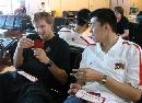 图文:[男篮]中国队苦练  大郅与诺天王交流