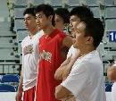 图文:[男篮]中国队苦练  队员耐心听讲
