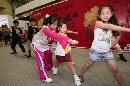 图文:香港好运动大汇演 小孩子们现场认真学艺