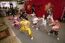 图文:香港好运动大汇演 众多小朋友跟老师学艺
