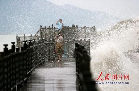 """""""圣帕""""逼近厦门来 巨浪扑向观海人"""