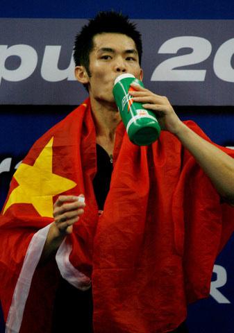 图文:[羽毛球]林丹2-0索尼成功卫冕 轻松一刻
