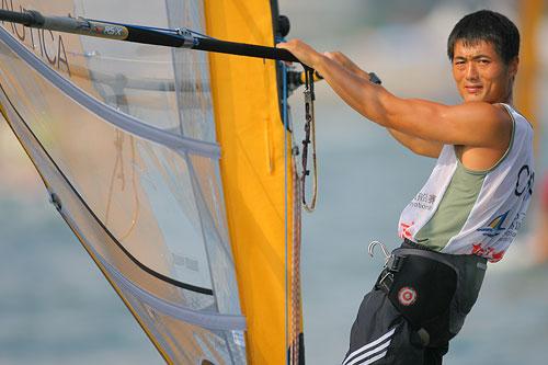 组图:青岛帆船赛第五日 周元国比赛中