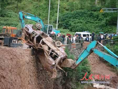 事故现场,数十名交警维持交通秩序,挖掘机和吊车在施救
