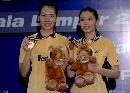 图文:[羽毛球]杨维张洁雯2-0高��黄穗 展示金牌