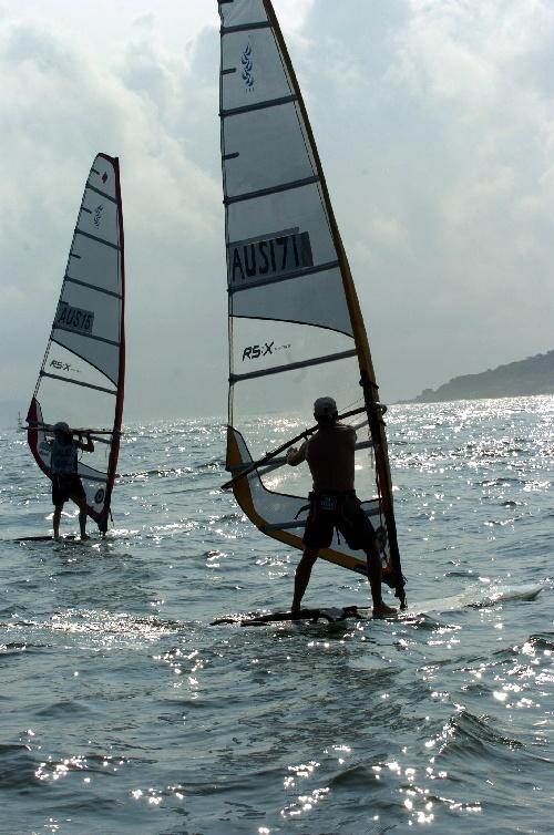 图文:青岛国际帆船赛 选手背影映照在海面上