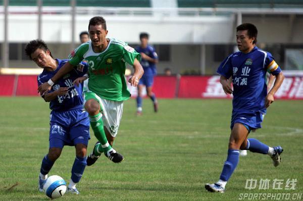 图文:[中超]河南1-2国安 迪亚戈摆脱对方防守