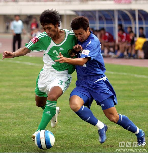 图文:[中超]河南1-2国安 张帅与对方奋力拼抢