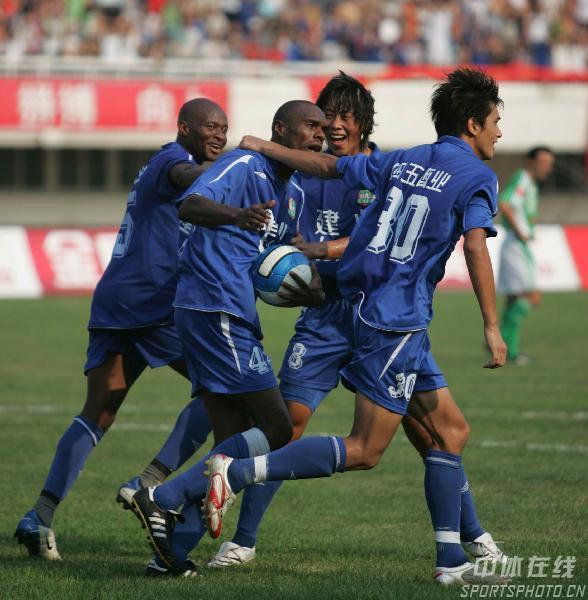 图文:[中超]河南1-2国安 建业新援庆祝进球
