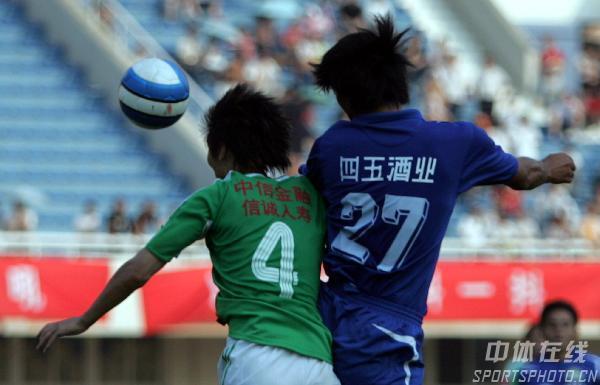 图文:[中超]河南1-2国安 双方球员奋力争顶