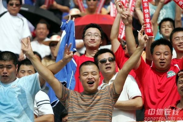 图文:[中超]河南1-2国安 建业球迷兴高采烈