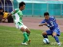 图文:[中超]河南1-2国安 张帅防守对方进攻