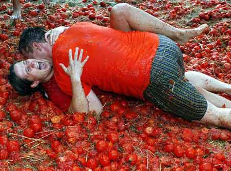两个人在番茄汁里摔跤狂欢