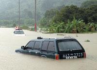 公路上被水围困的汽车