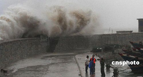 """八月十八日傍晚,超强台风""""圣帕""""直逼福建。图为惠安崇武大岞海域受""""圣帕""""影响巨浪排空。 中新社发 傅丹丹 摄"""