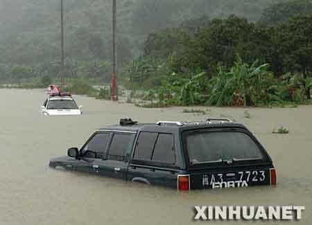 """8月19日,福州市闽侯县一条公路上的汽车被水围困。   记者在当日下午举行的福建省新闻发布会上获悉,19日2时在福建登陆的台风""""圣帕""""已经造成该省157万多人受灾,直接经济损失超过11亿元。 新华社记者 陈树根摄"""