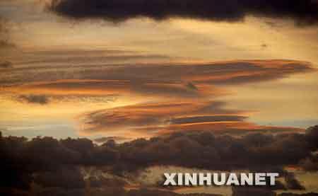 这是8月17日傍晚时分,福建省泉州市区上空云霞满天。 新华社发