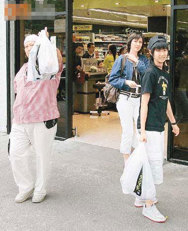 当记者上前拍照时,洪金宝即高举手上胶袋遮脸