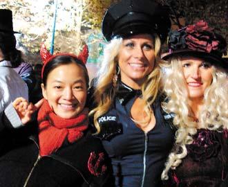 在美国过万圣节,阿雅(左)超过瘾,大街上见到的人都用心打扮,扮鬼装怪,让人看得目不暇给,她头上戴个小恶魔,算小儿科啦。