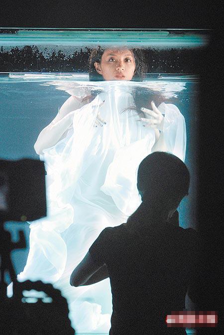 faye穿白纱潜入浴缸,在里面拍摄新专辑MV