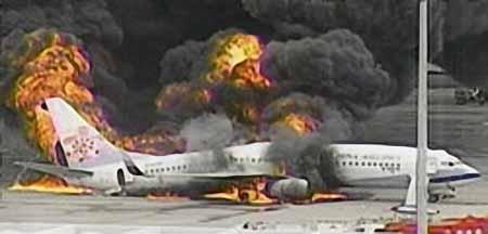 8月20日,台湾中华航空客机在冲绳那霸机场降落后发生爆炸起火。(日本NHK电台截图)