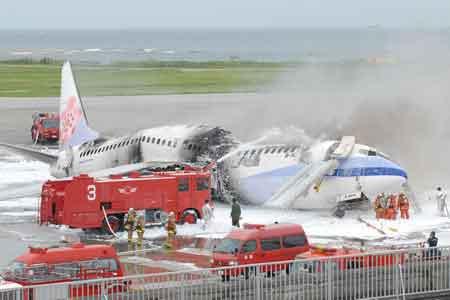 机身被烧成三截全毁