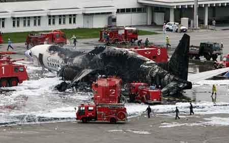 8月20日,那霸机场,消防员扑灭客机大火。