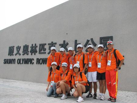 部分奥运舵手志愿者在顺义奥林匹克水上公园门口合影