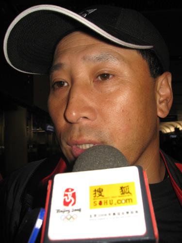 图文:国羽世锦赛归来 李永波教练回答记者问题