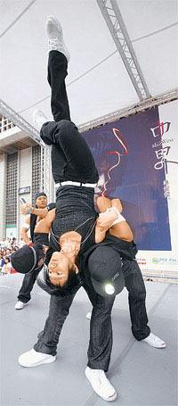林俊杰(前)昨表演空中倒立的高难度舞姿
