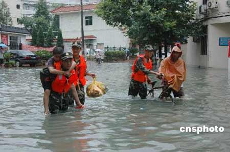 苍南边防大队迅速派出官兵赶赴现场救援,及时转移疏散被困群众。中新社发吴水斌 摄