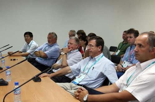维尔布鲁根、费利一行在数码大厦听取技术运行团队的介绍