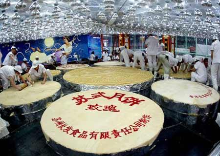 2007年8月20日17点,沈阳大东副食超市制作中国第一大月饼几近完工。