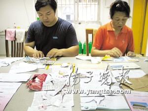健园社区的工作人员在粘贴被撕毁的信件。