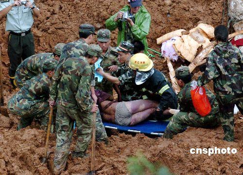 到记者十七时离开现场时,共有三名遇难者尸体被挖出,剩下的三名被埋村民估计无生还的可能性。