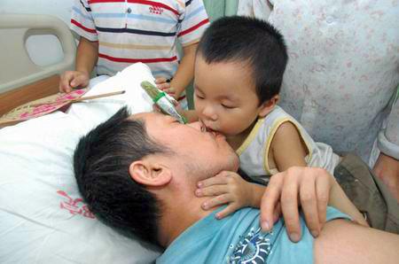 这位38岁、有两个孩子的父亲身患不治之症,支撑多年终于病倒,13岁的大儿子想为父亲募捐。