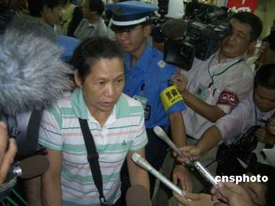 八月二十日,在日本冲绳那霸机场发生着火爆炸的台湾中华航空公司一二零航班上的一百五十七名乘客和八名机组人员在事故发生后成功脱险。据了解,飞机上除二十三位日本乘客和十几位美国乘客外,大多是台湾籍观光客。目前,全体乘客都已被安全疏散。图为事故发生后,第一位走出事故现场的台湾乘客。中新社发张险峰 摄