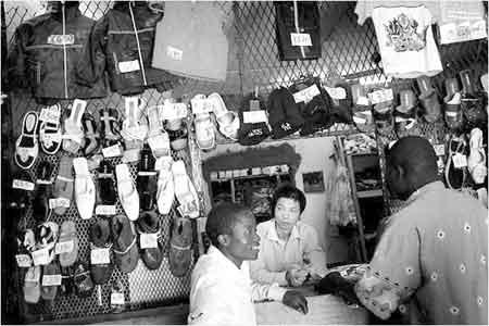 越来越多的中国移民在非洲落地生根,他们从事各行各业的工作。