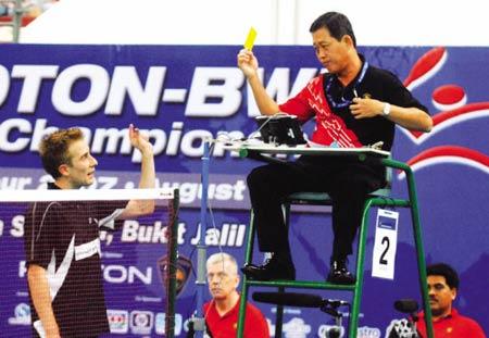 图为在本届世锦赛中,丹麦老将盖德(左)因对司线员判罚不满被裁判黄牌警告