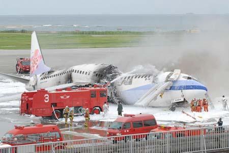日本相关单位紧急出动消防车赶往处理,但客机仍烧为三截。