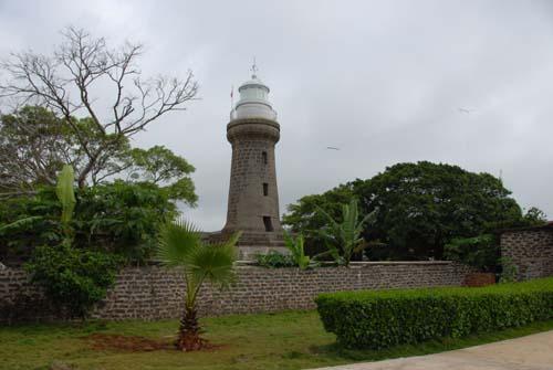耸立在硇洲岛马鞍山上的硇洲灯塔,是世界目前仅有的二座水晶磨镜