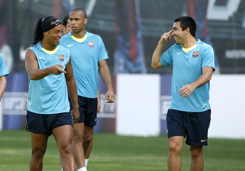 图文:巴萨训练备战联赛 小罗和德科说笑